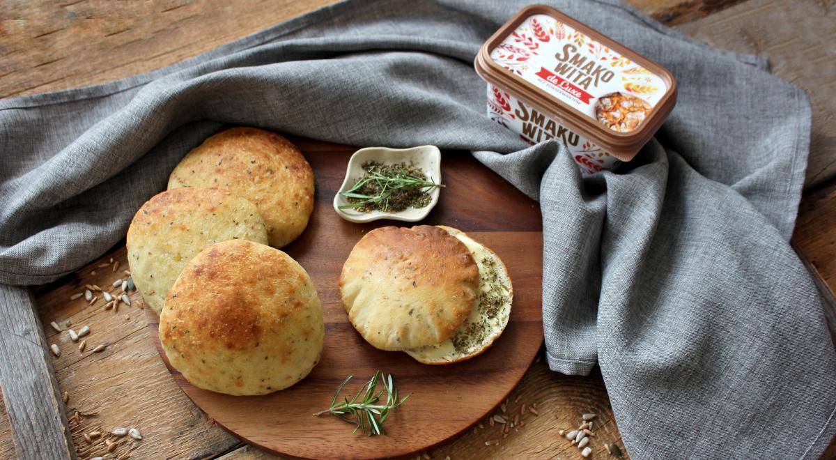 Czosnkowo-ziołowe chlebki pita
