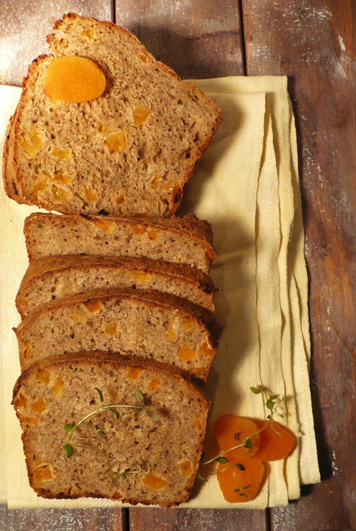 Chleb pszenny-razowy z suszonymi morelami i tymiankiem