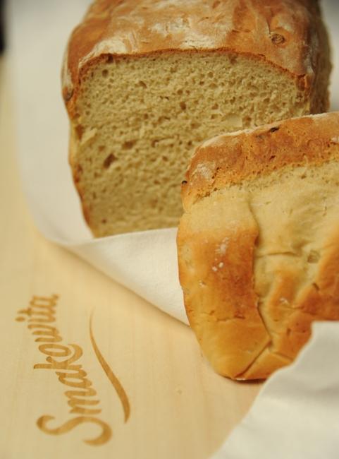 Orkiszowy chleb z karmelizowaną cebulą
