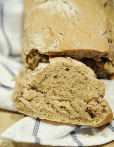Chleb żytni z mielonymi orzechami
