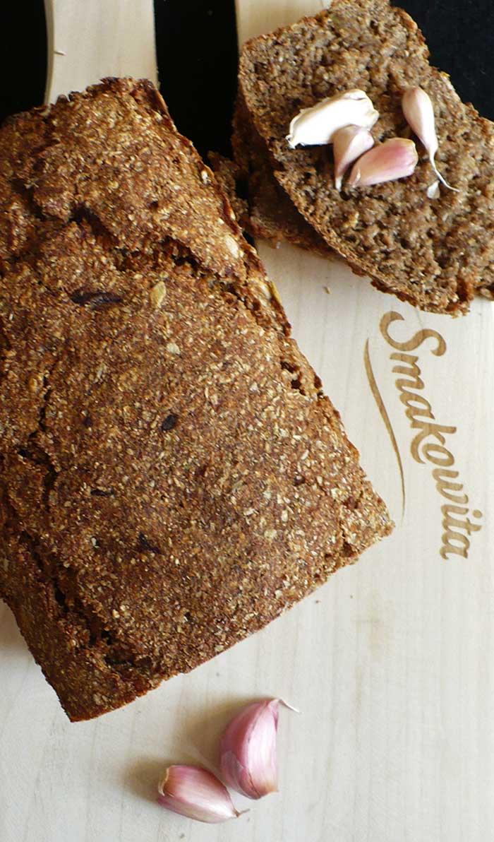 Chleb żytni z pieczonym czosnkiem na zakwasie