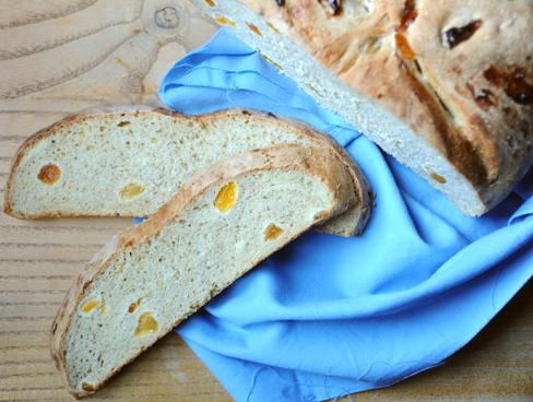 Chleb pszenny razowy z suszonymi morelami