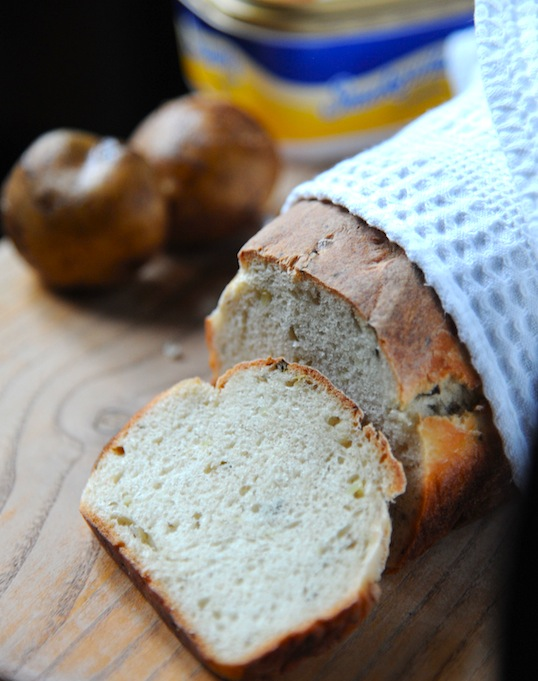 Chleb z młodymi ziemniakami i szczypiorkiem