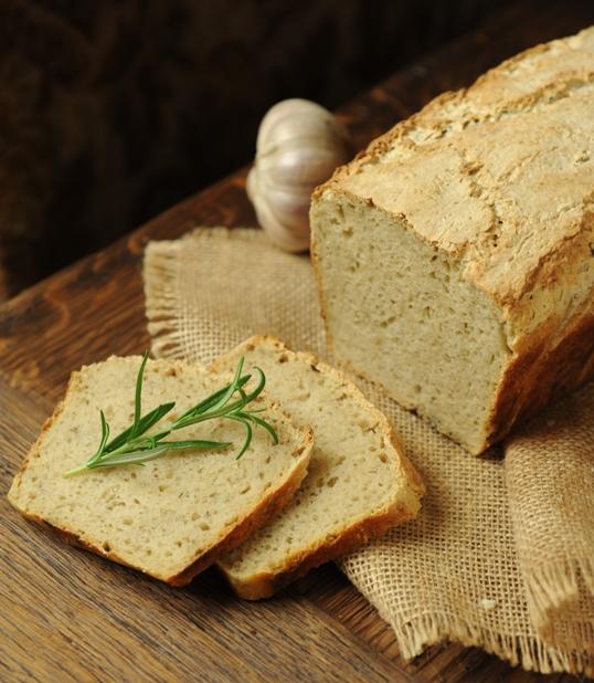 Chleb orkiszowy z pieczonym czosnkiem i ziołami