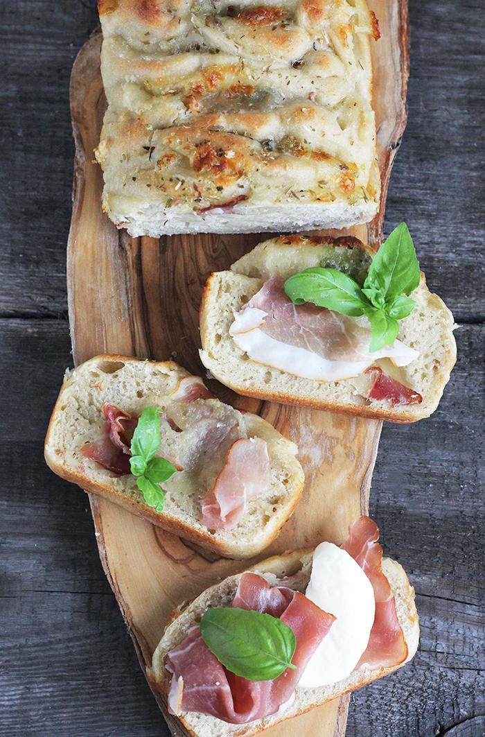 Chleb do odrywania z szynką parmeńską i mozzarellą