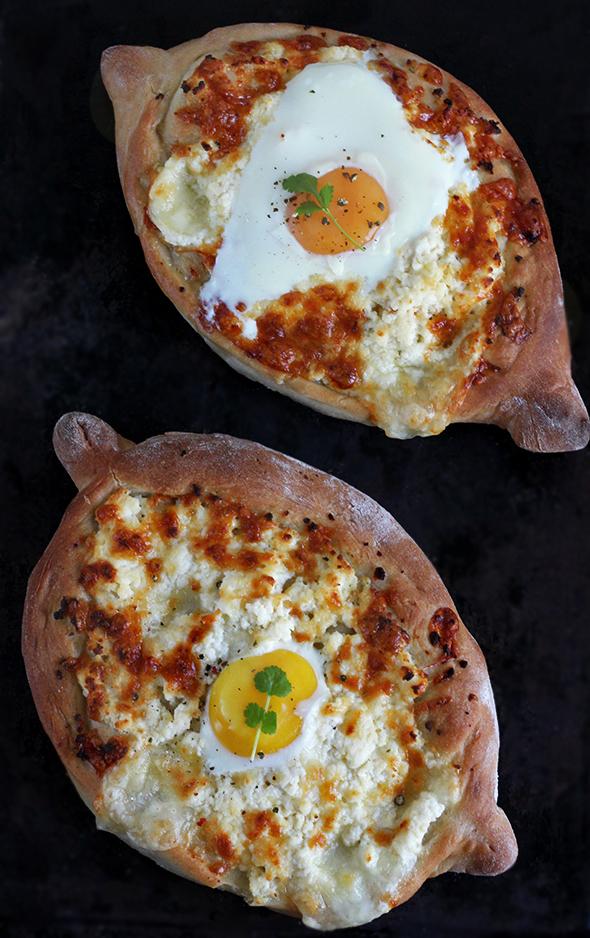 Gruzińskie chlebki chaczapuri z jajkiem