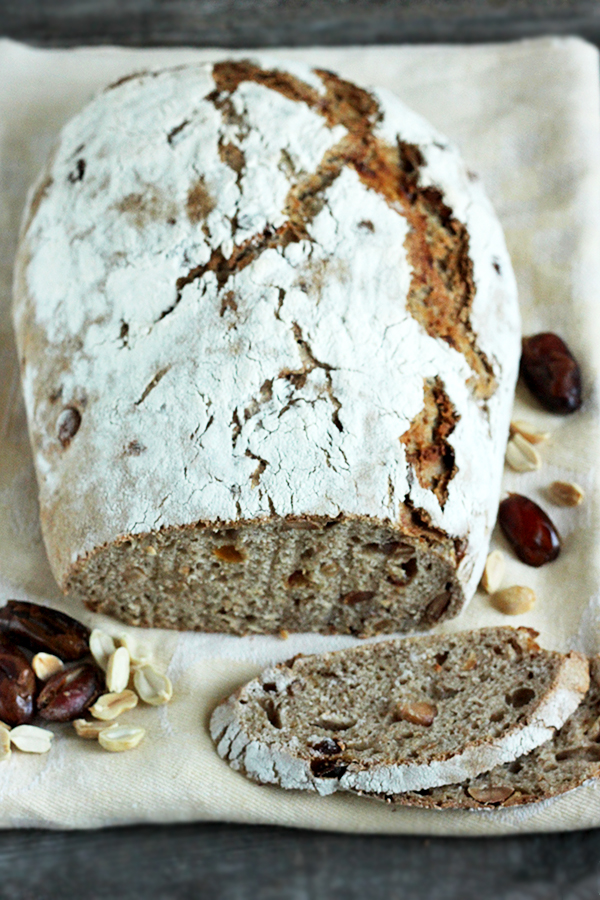 Chleb z orzechami ziemnymi i daktylami na zakwasie