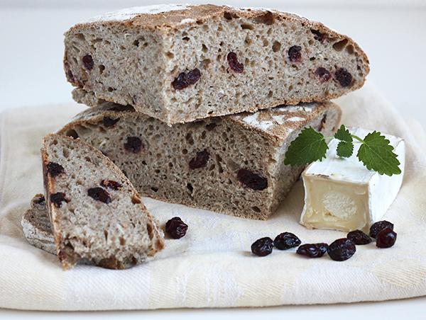 Chleb z kozim serem i żurawiną na zakwasie żytnim