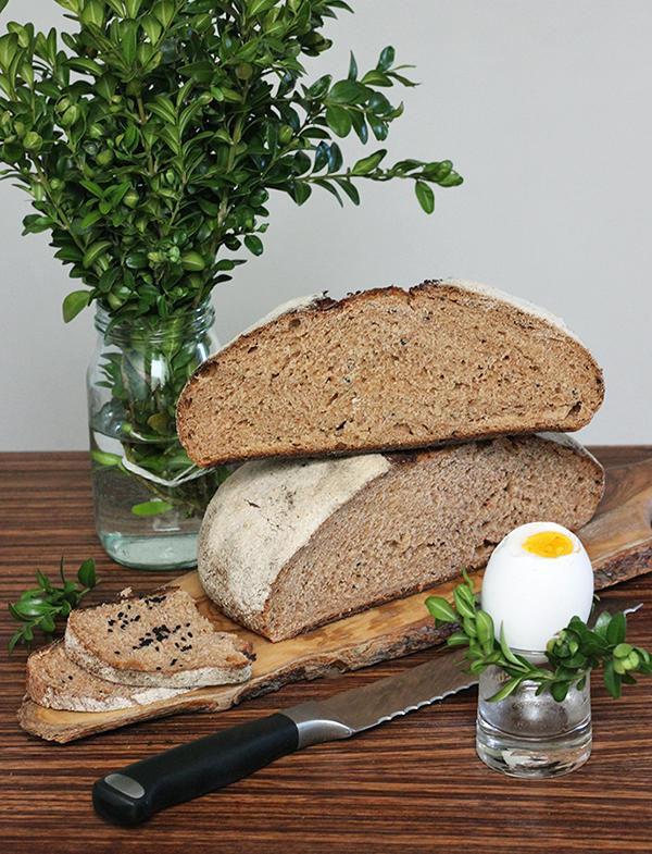 Pomidorowy chleb orkiszowy z czarnuszką