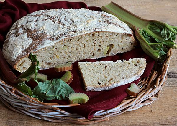 Chleb z rabarbarem na zakwasie pszennym
