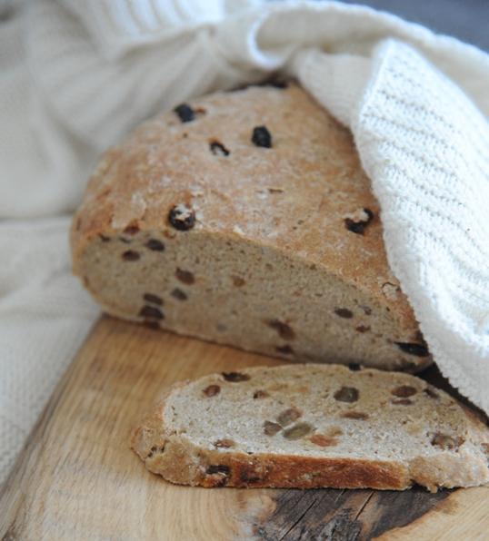 Nocny chleb pełnoziarnisty z rodzynkami