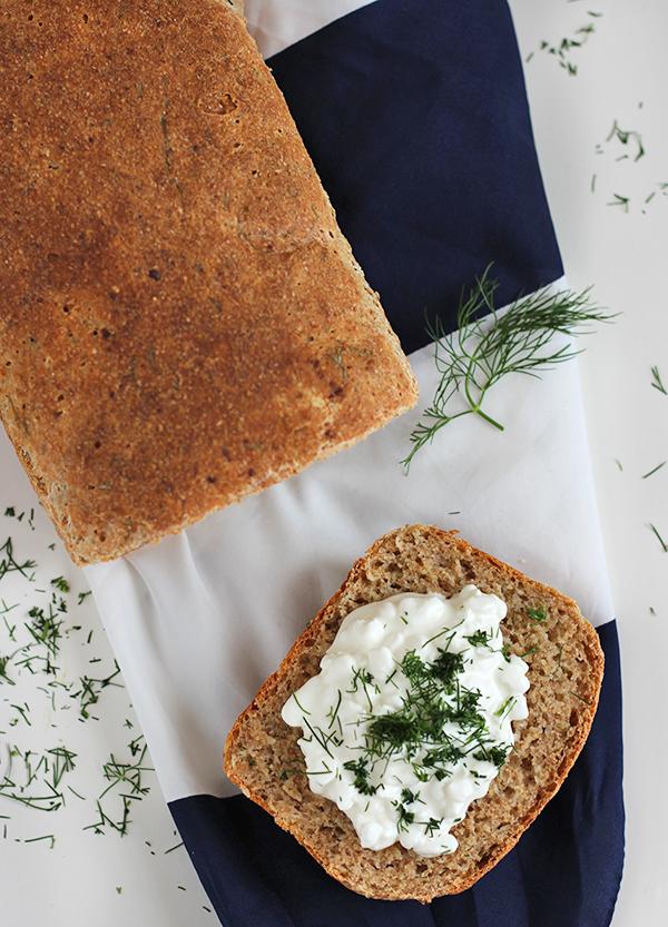 Koperkowy chleb z serkiem wiejskim