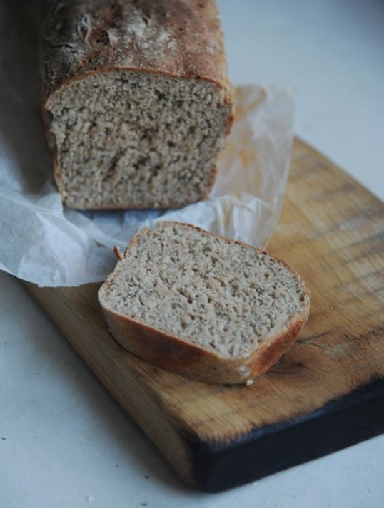 Chleb pełnoziarnisty z kefirem i koperkiem