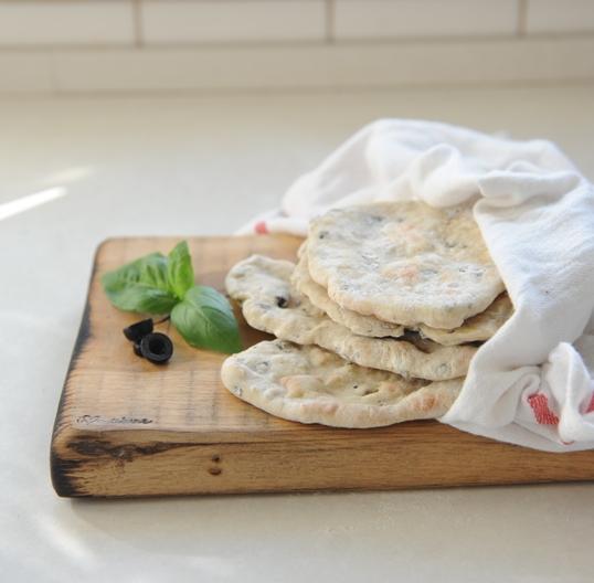 Chlebki naan z czarnymi oliwkami i bazylią