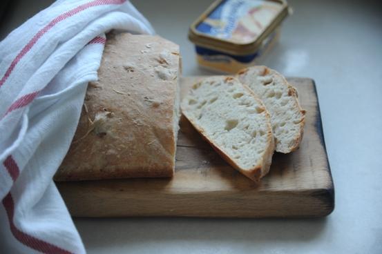 Chleb z jabłkami i rozmarynem na zaczynie drożdżowym