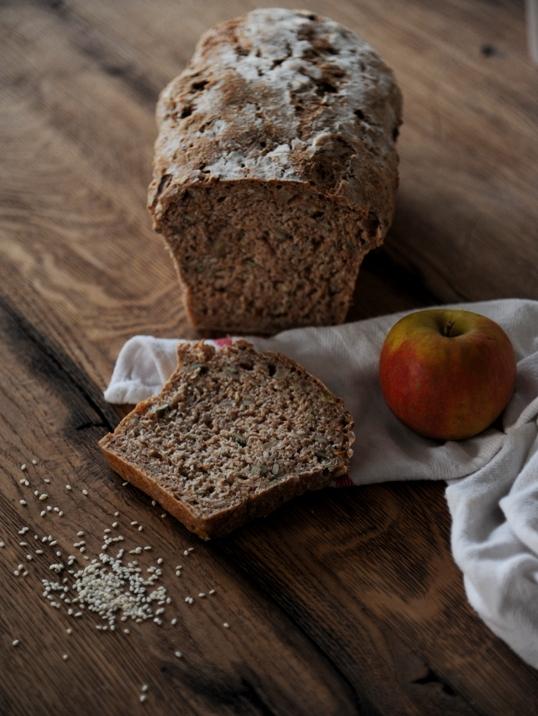 Chleb razowy z jabłkami i sezamem