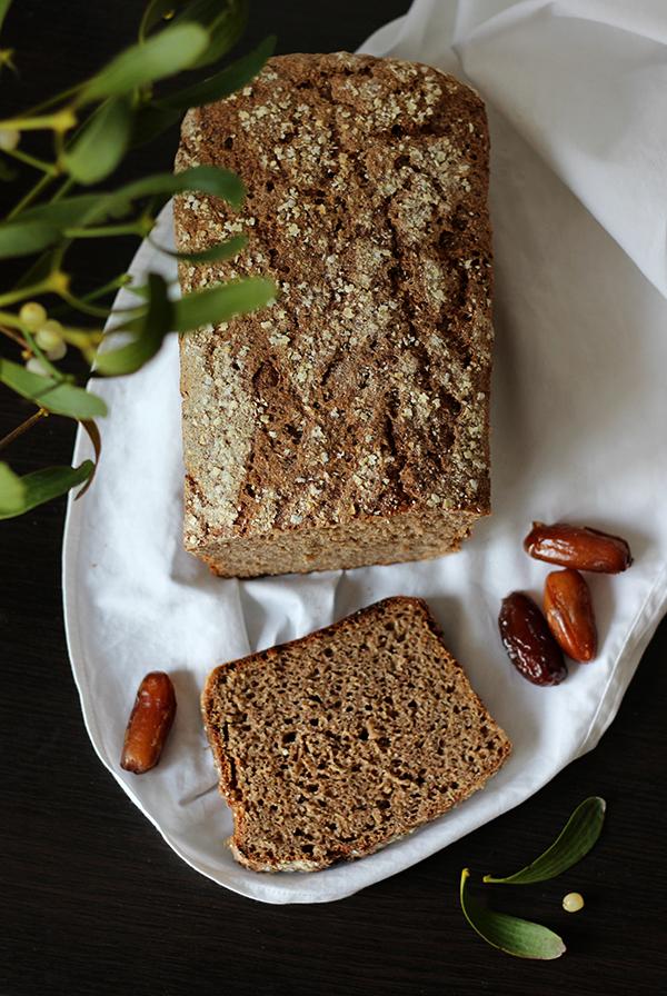 Pełnoziarnisty chleb daktylowy na zakwasie