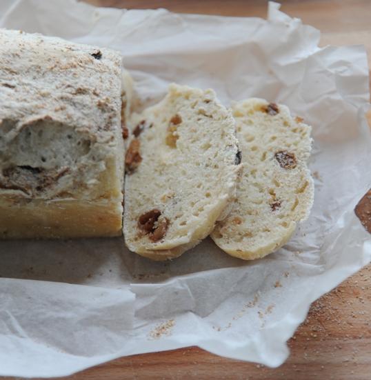 Chleb pszenno-orkiszowy z rodzynkami