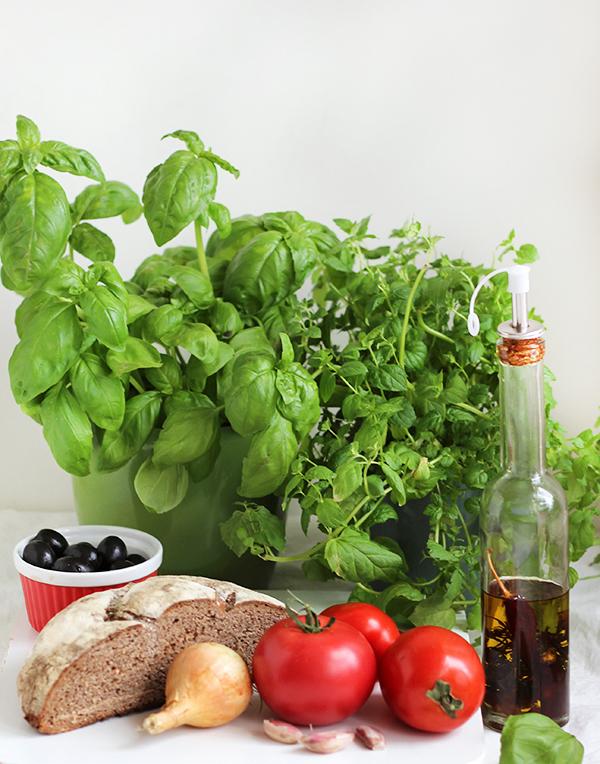Co zrobić z chleba - sałatka panzanella