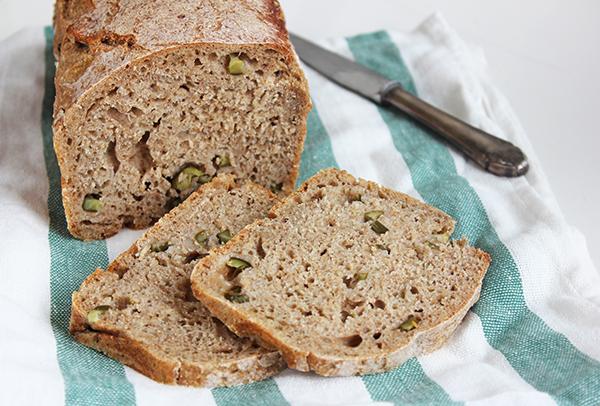 Chleb z ogórkami kiszonymi na zakwasie