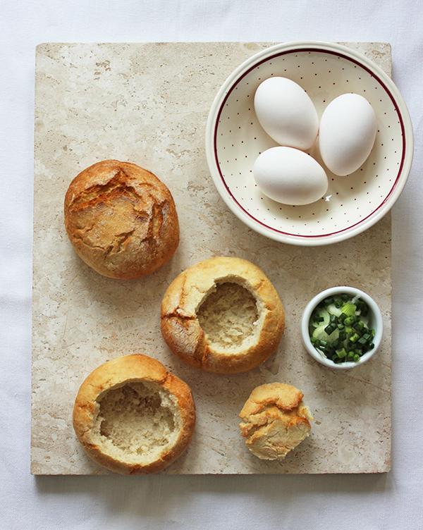 co zrobić z chleba - jajka zapiekane w bułce