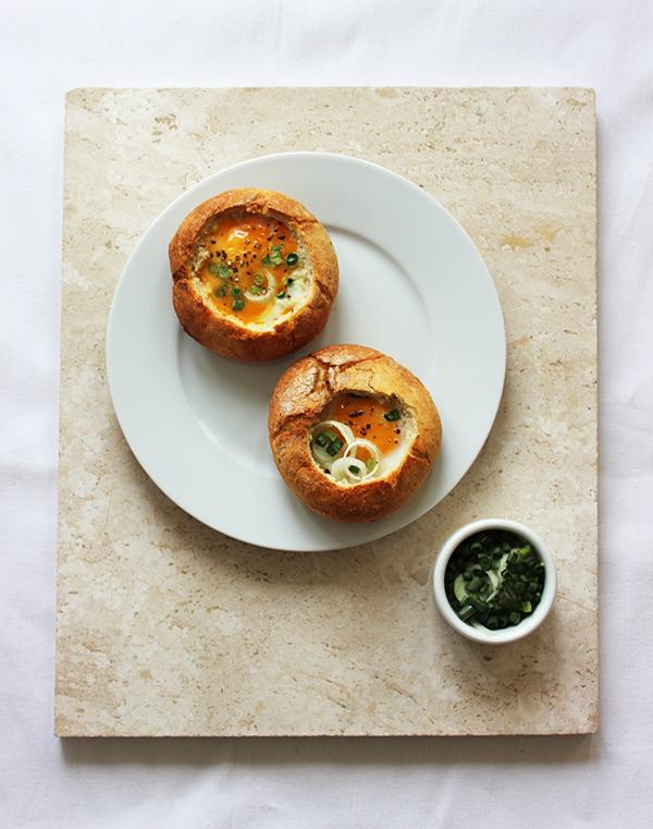 Co zrobić z chleba - jajka zapiekane w bułkach