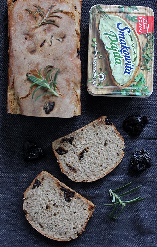 żytni chleb ze śliwkami i rozmarynem na zakwasie