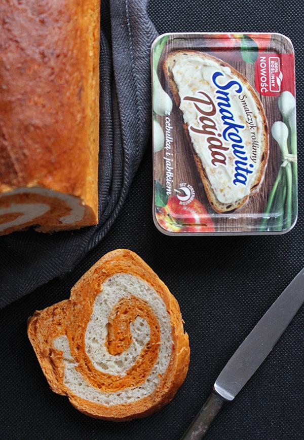 Zakręcony chleb z suszonymi pomidorami