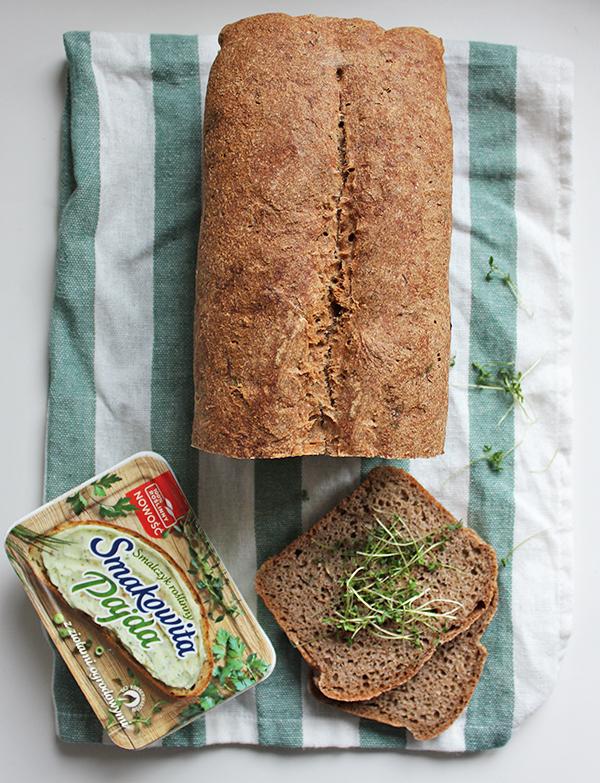 Pełnoziarnisty chleb na zakwasie z rzeżuchą