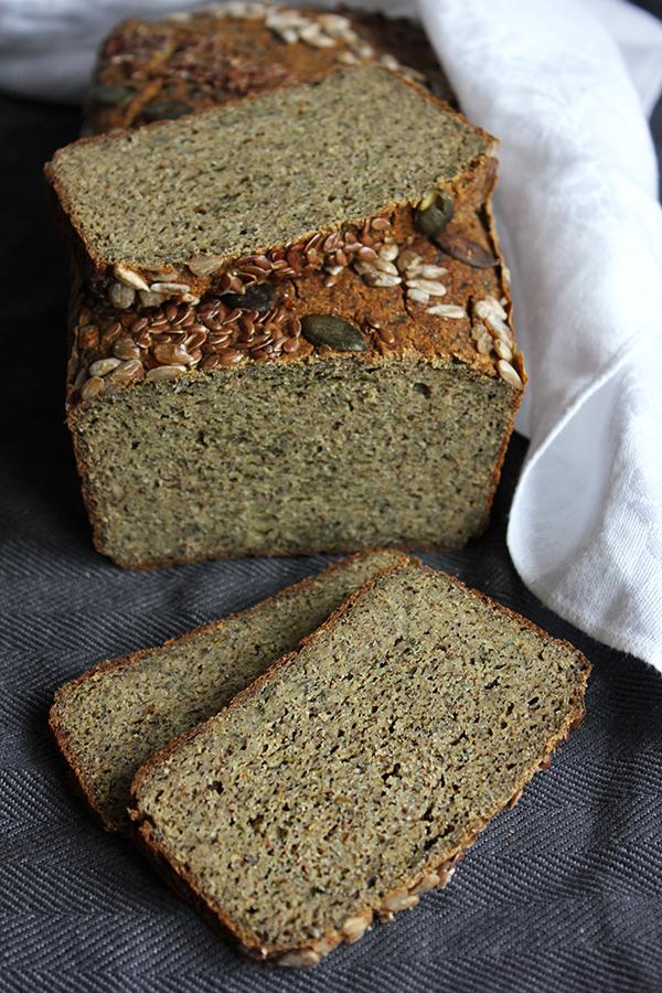 Bezglutenowy chleb ze szpinakiem i twarogiem