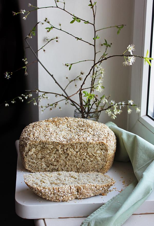 Orkiszowy chleb ziołowy z płatkami owsianymi