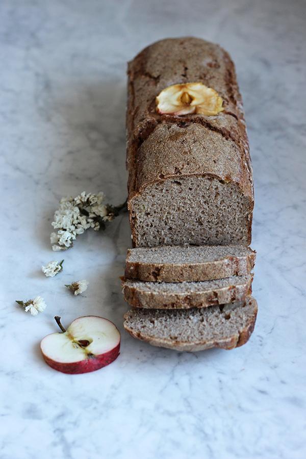 Chleb pszenno-gryczany na zakwasie z jabłkiem