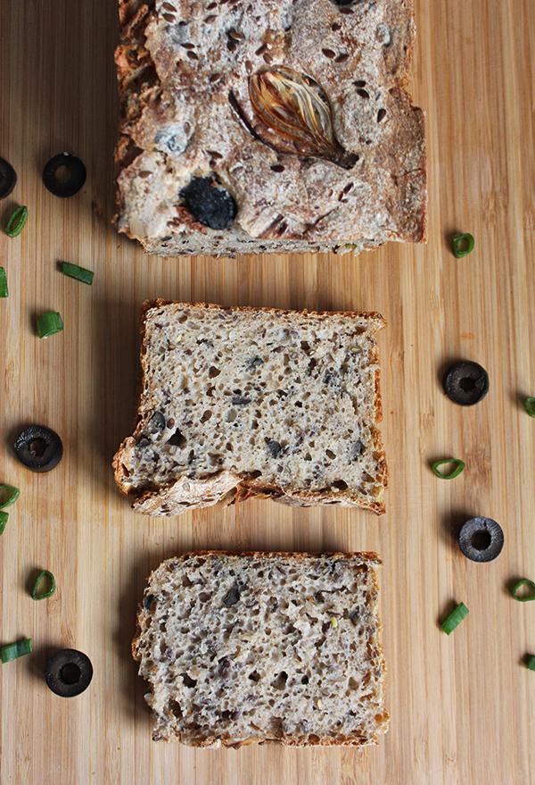 Chleb na zakwasie z oliwkami i miodem
