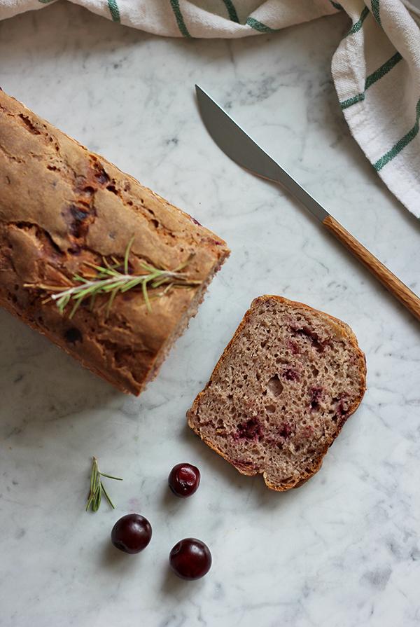 Chleb żytni na zakwasie z wiśniami i rozmarynem