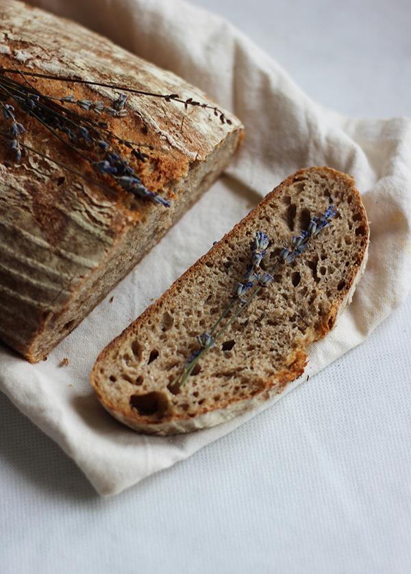 Chleb na zakwasie z lawendą