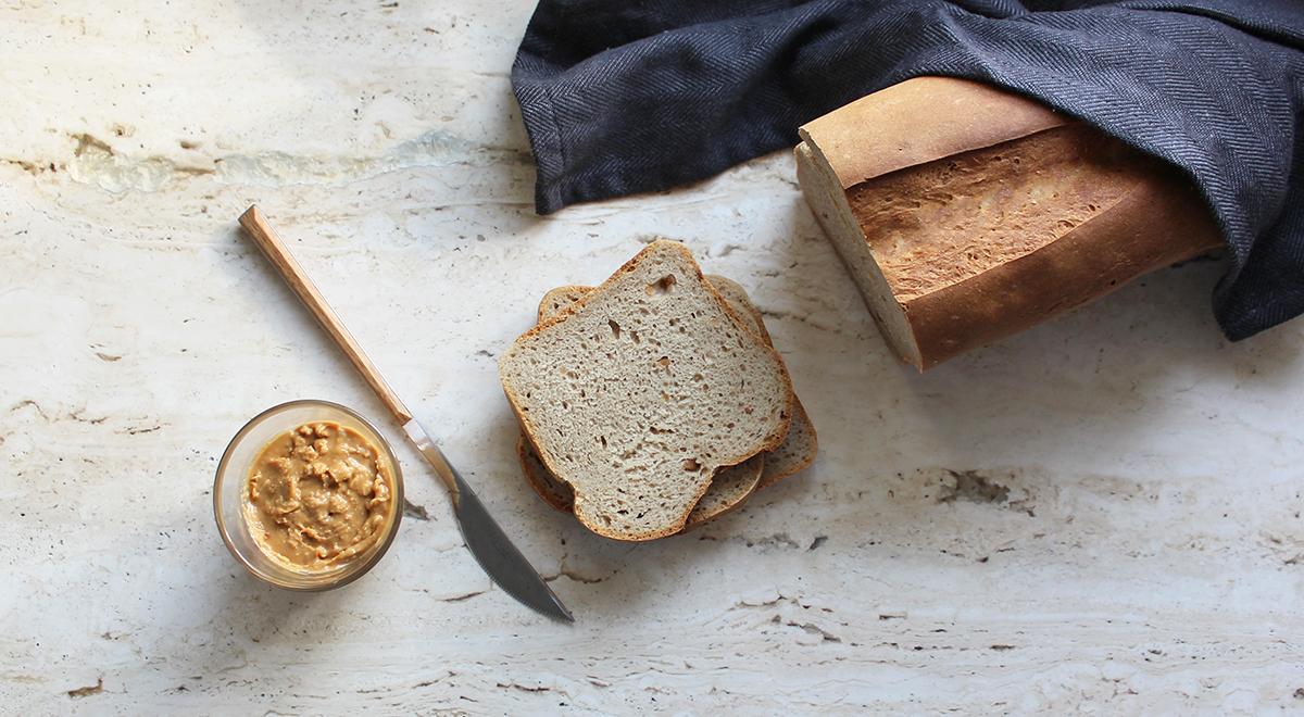 Chleb pszenno-żytni na zakwasie z masłem orzechowym
