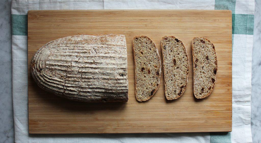 Pełnoziarnisty chleb z kaszą jaglaną i rodzynkami
