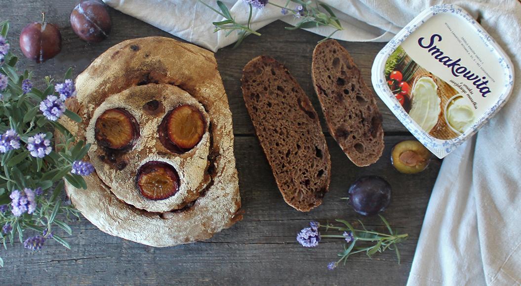 Czekoladowy chleb na zakwasie ze śliwkami i cynamonem