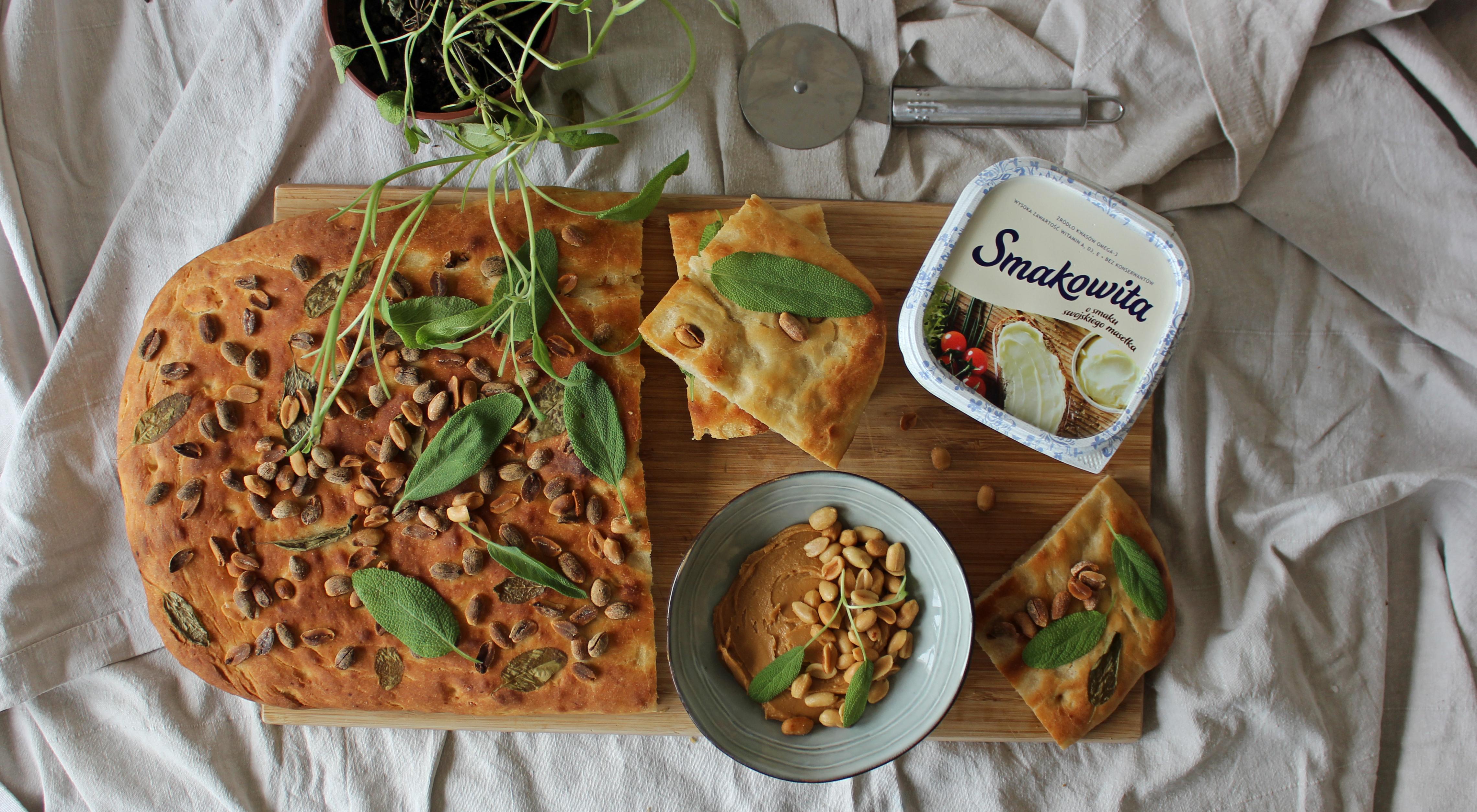 Ziemniaczany chlebek z masłem orzechowym i szałwią