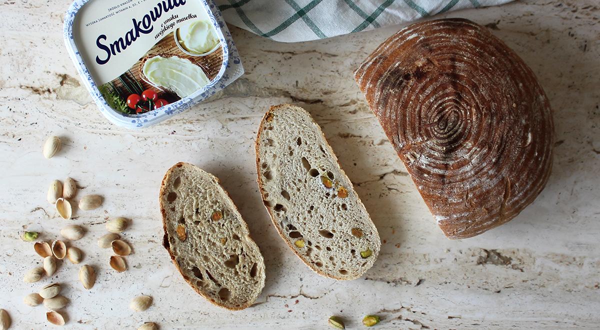 Kremowy chleb na zakwasie z pistacjami